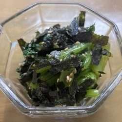 Spinaci (o komatsuna) con salsa di sesamo (goma-ae).