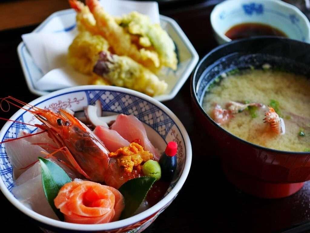 Pasto giapponese con sashimi di gambero
